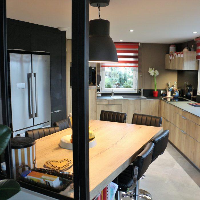 Noir et bois, une cuisine grande classe !
